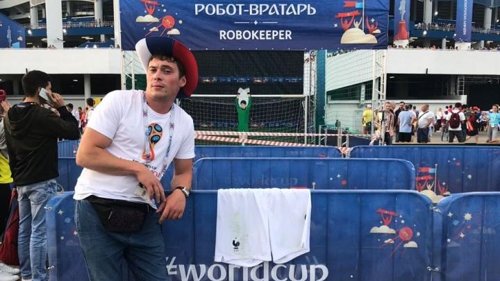 Снял и бросил на трибуну: французский футболист Оливье Жиру подарил свои трусы екатеринбуржцам
