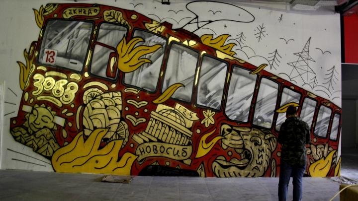 В бизнес-центре за оперным театром нарисовали огромный трамвай №13