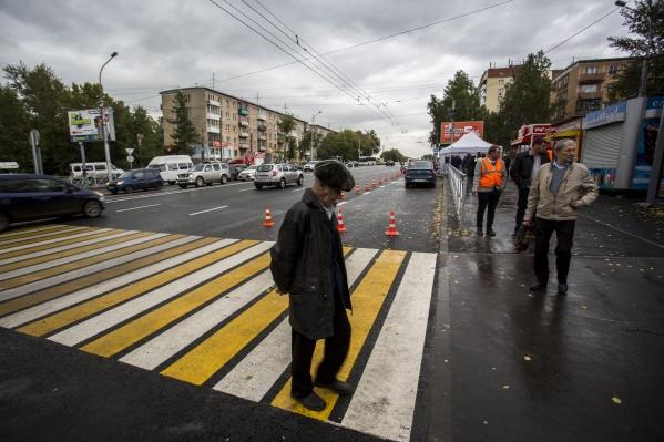 Часть дорожного полотна отремонтировали за счёт экономии на ещё целых тротуарах, признался начальник управления дорожного строительства Юрий Алексеевский