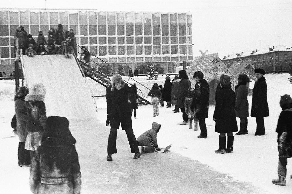 Детвора в ледовом городке перед ДК Чкалова в 1978 году