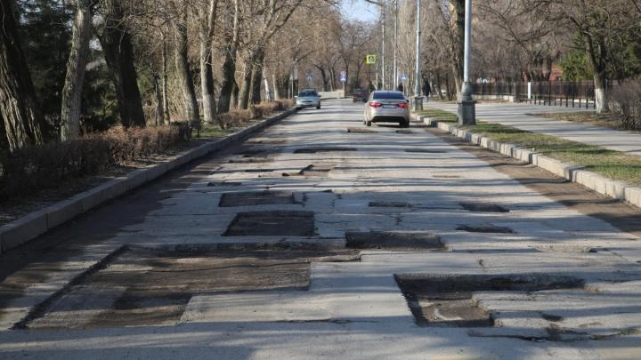 С улицы Чуйкова в Волгограде сняли асфальт спустя два года с ремонта за 12 миллионов рублей