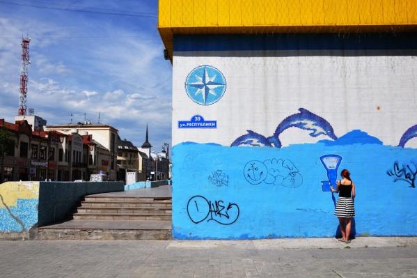Тюменские художницы Ольга Лукина и Наталья Львова украсили город нарисованными весами «Тюмень»