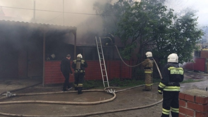 Огонь разошёлся из-за сильного ветра: в Верхней Пышме сгорел дом