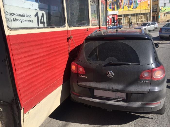 Быстрый трамвай протаранил бок оказавшемуся у путей «Фольксвагену» (фото)