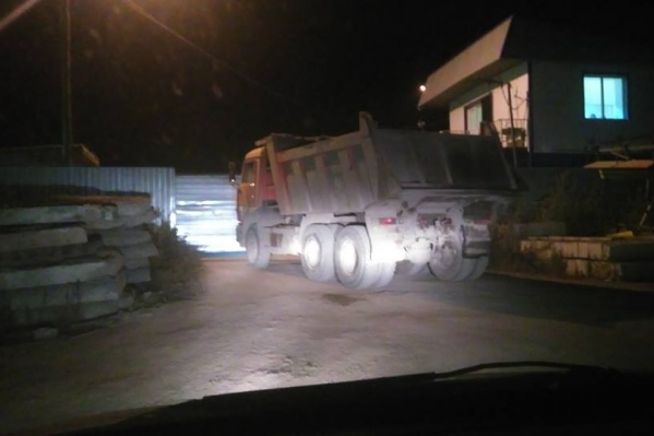 Проезд общественнику заблокировал КАМАЗ, который скинул мусор