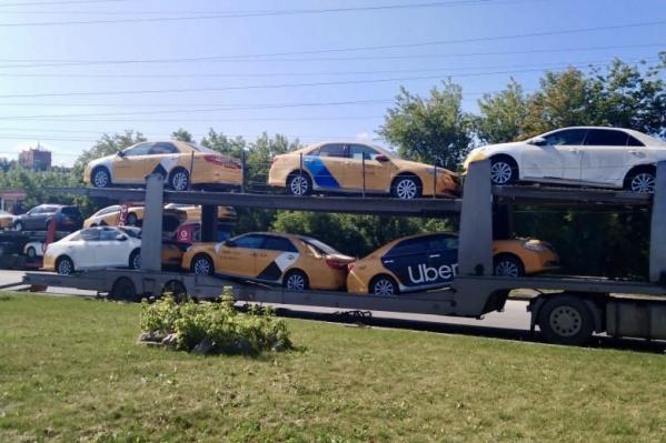 Многочисленные Toyota Camry с оклейкой такси