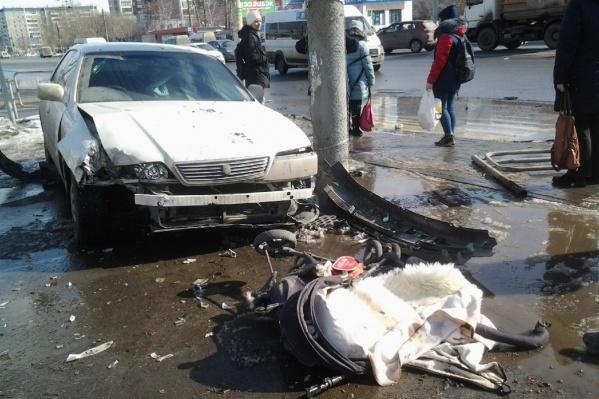 В результате аварии вылетевшая на тротуар Toyota придавила детскую коляску