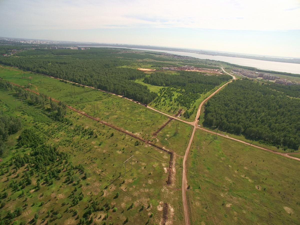 В этом месте должна появиться новая дорога, которая соединит президентские посёлки (справа на фото «Белый хутор») и Челябинск