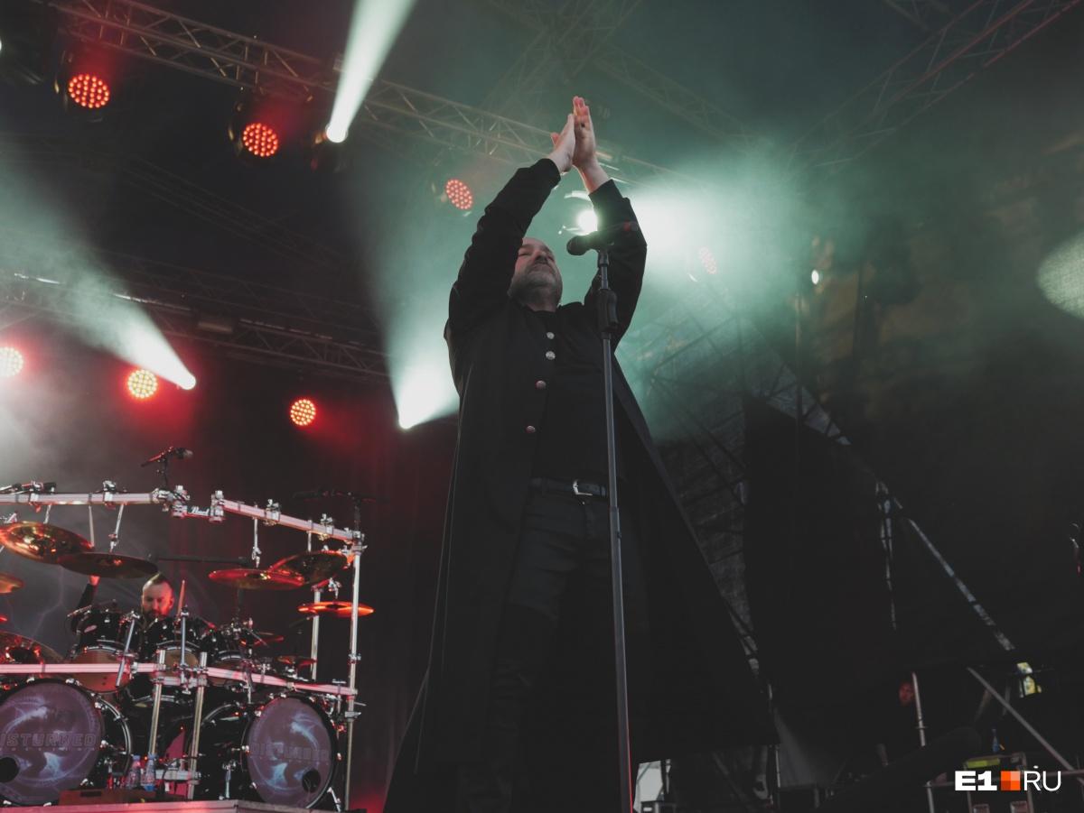 На концерте вспомнили умершего вокалиста Linkin Park Честера Беннингтона. Он покончил с собой