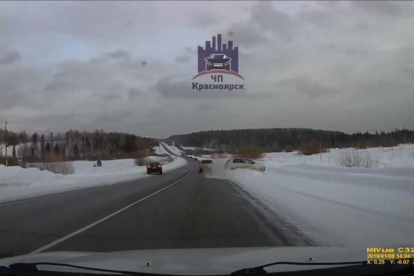 Чтобы избежать аварии, водитель резко повернул вправо и съехал с дороги