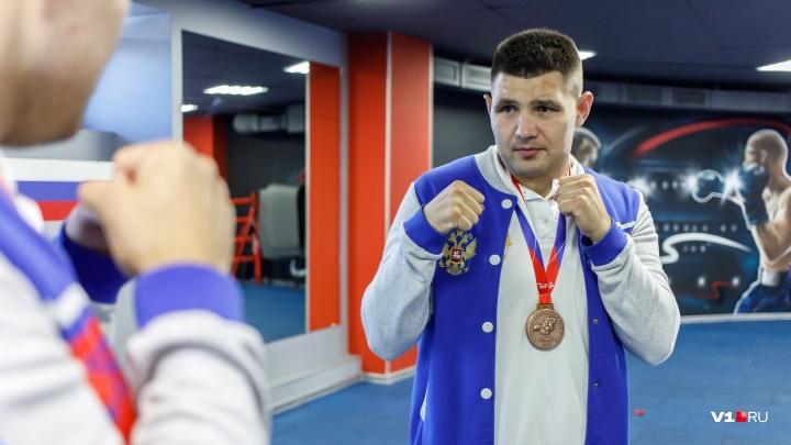 «Что я здесь делаю? Сидел бы дома с детьми»: волгоградский боксер о чемпионате мира и уличных драках