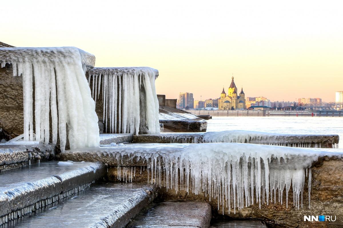 Зима сковывает льдом Нижний Новгород