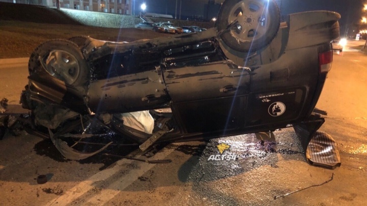 «Всё про машину спрашивал»: после удара об дерево Subaru лег на крышу посреди дороги