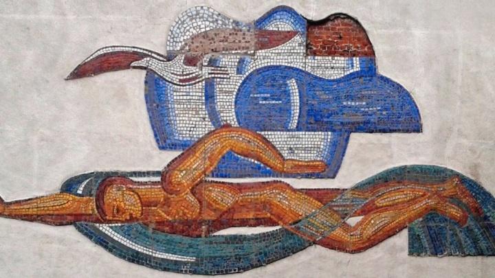 «Мозаику можно воссоздать заново»: ремонт фасада бассейна «Чайка» подошёл к концу