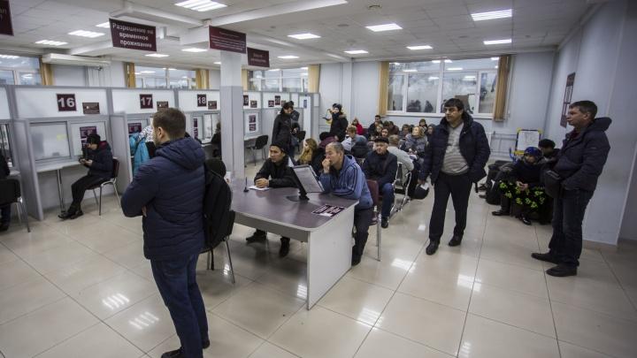 «Он так зарабатывал»: новосибирец прописал 86 мигрантов по 500 рублей с каждого и пошёл под суд