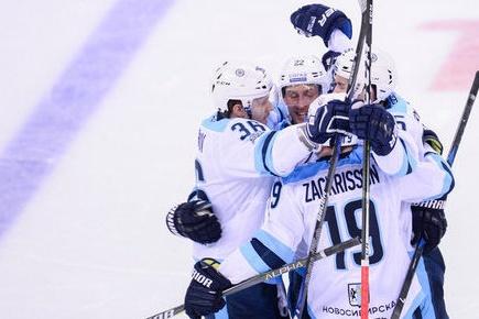 Встреча закончилась счетом 4:1 в пользу новосибирских хоккеистов