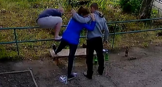 """""""По согласию жертвы"""": в Нижнем Тагиле сняли на видео, как пьяные парни ломают ногу девушке"""