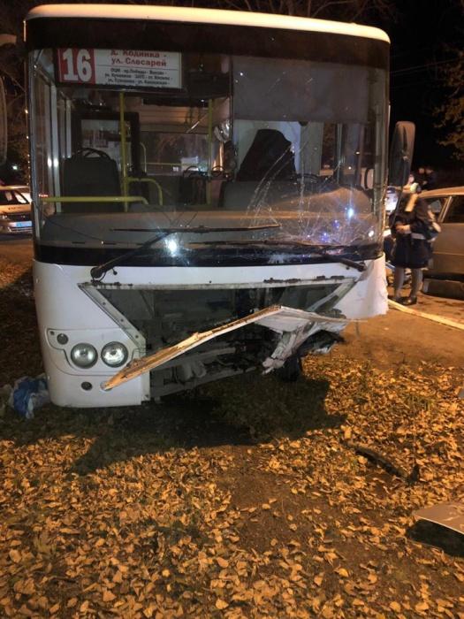 Удар пришелся на сторону водителя автобуса