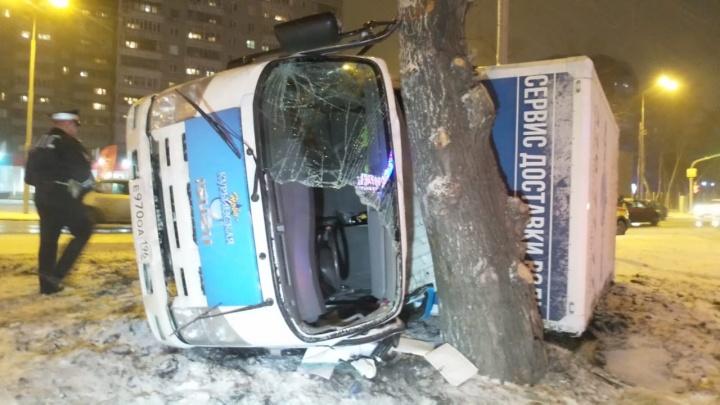 На Московской грузовик с водой опрокинулся и врезался в дерево