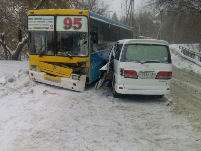 Автобус № 95 ехал со стороны Заельцовского парка