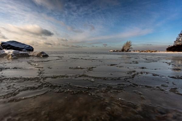 Мелководье уже затянуто льдом