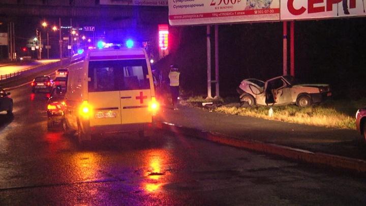 Крышу вдавило в салон: на Щербакова в страшной аварии погиб пассажир ВАЗ-2108