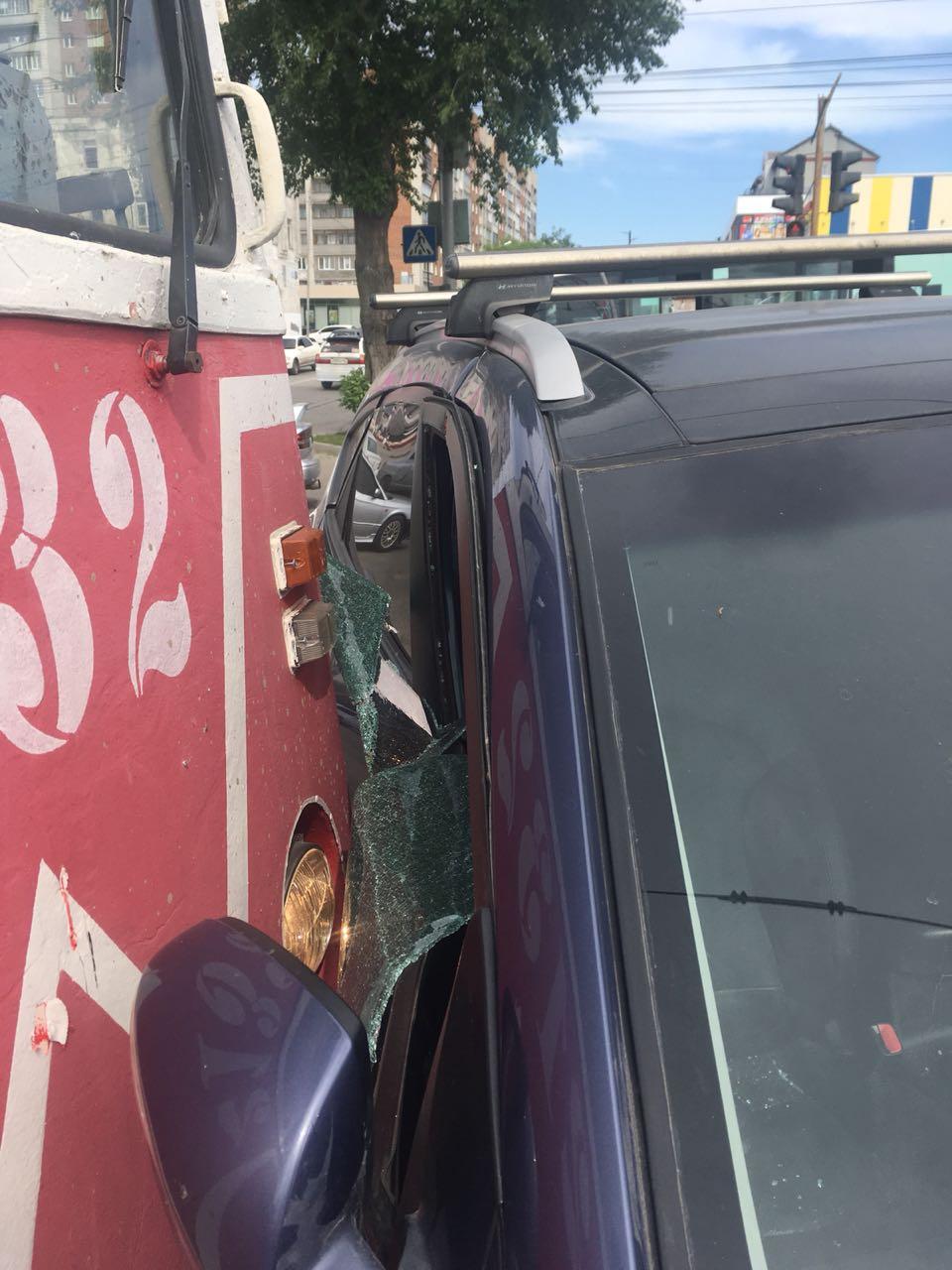 «При повороте направо на улицу Пархоменко Hyundai не уступил дорогу трамваю», —рассказали в службе аварийных комиссаров «Альянс»