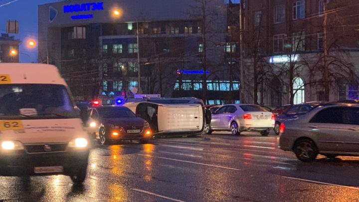 В центре Челябинска в вечерний час пик перевернулась машина (похоже, всё надолго)
