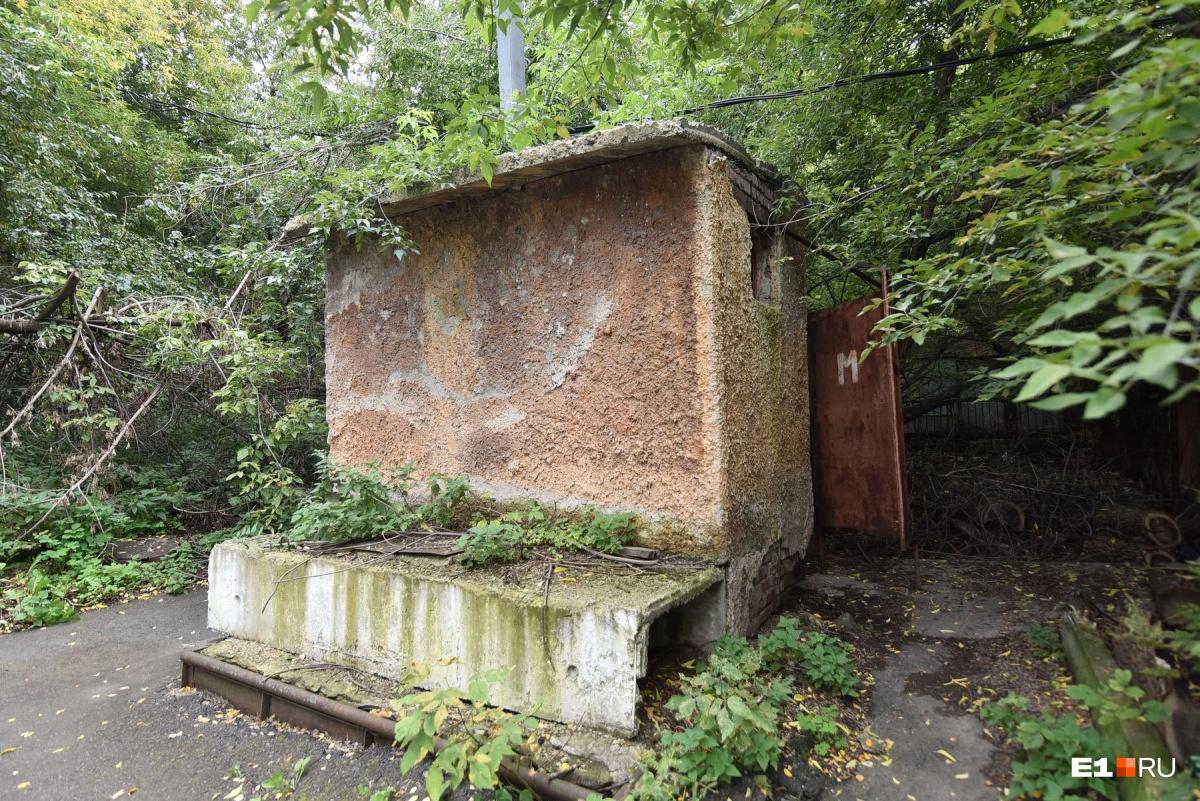 Возле каких-то зданий еще сохранились общественные туалеты