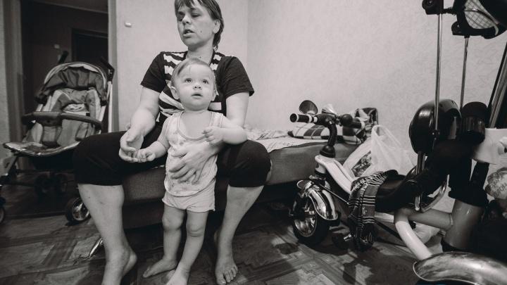 Материнство в кромешной темноте: история слепой тюменки, которая в одиночку воспитывает малыша