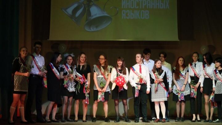 В новосибирских школах начали звенеть последние звонки