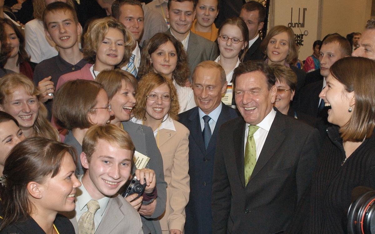 Владимир Путин и канцлер ФРГ Герхард Шрёдер с участниками молодёжной конференции в Екатеринбурге