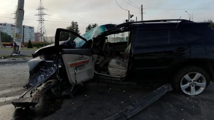 В Тольятти водитель автомобиля Lexus RX 330 протаранил бетонный столб