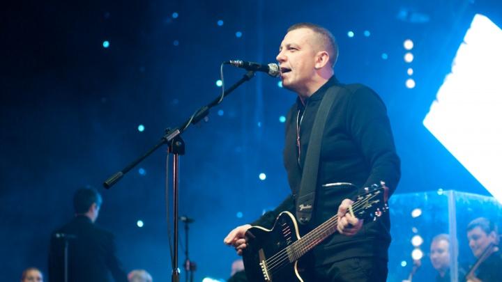 «Давно хотел освежить»: Сергей Бобунец перепел знаменитую песню «Зачем топтать мою любовь»