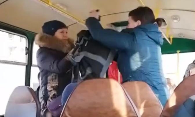 «Пила спокойно, никому не мешала»: в Екатеринбурге подрались пассажирки автобуса