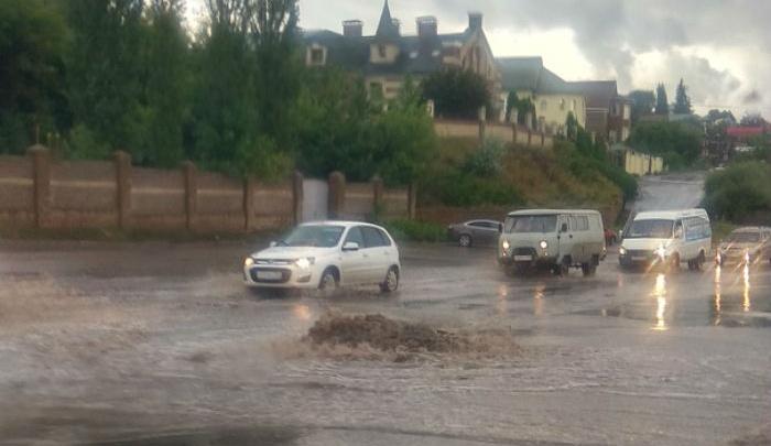 Ливневка не принимает: в Уфе после ливня дороги превратились в бурные реки