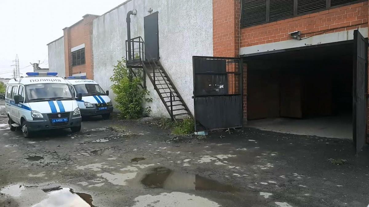 Похищенное авто они хотели спрятать в съемном гараже