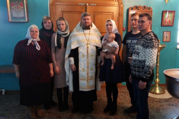 Мать девочки поблагодарила священников за проведение крещения