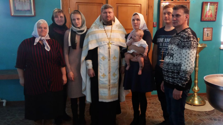 Девочку с огромным родимым пятном крестили в церкви в Кургане