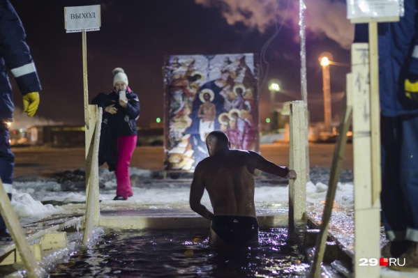 Крещенские купания проходят в ночь с 18 на 19 января<br>
