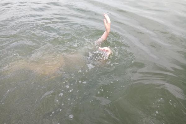Спасатели погрузили пострадавшего в лодку и доставили его на берег