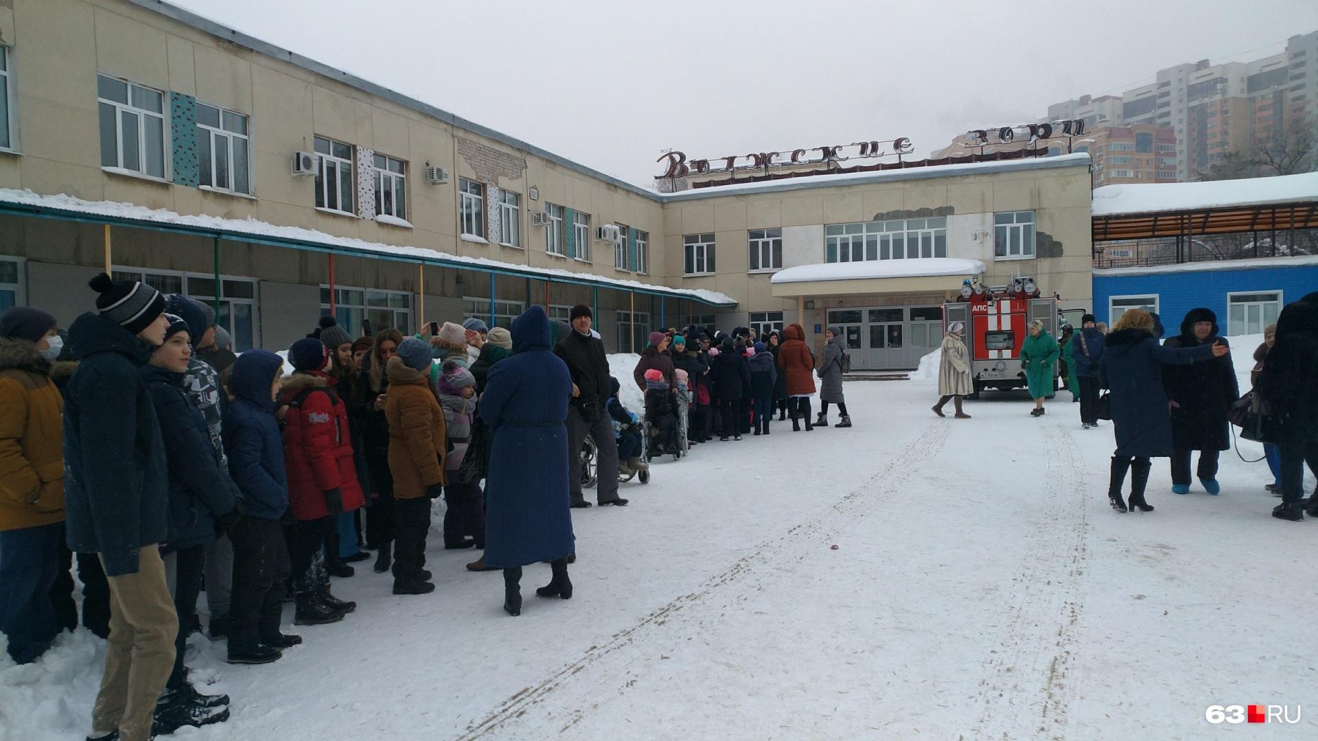 В Самаре десятки юных пациентов с родителями ждут, пока МЧС обследуют детскую больницу