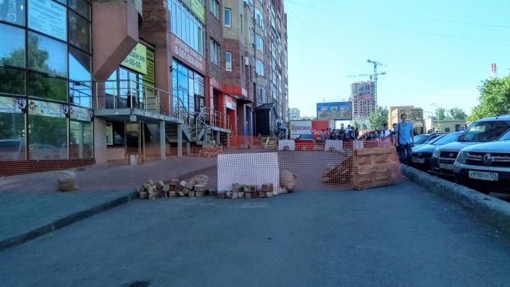 «Замкнутый круг»: жильцов челябинской высотки обязали самих ремонтировать фасад после обрушения