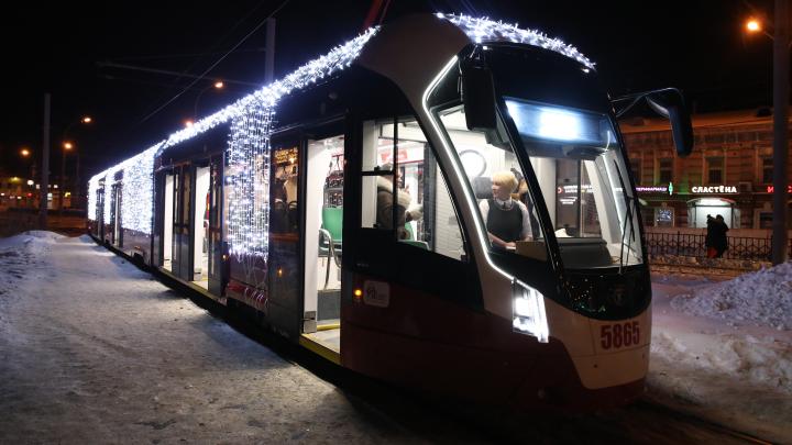 Трамвай «Лев» вновь вышел в рейс. На этот раз весь он в новогодних огнях и светится как ёлка