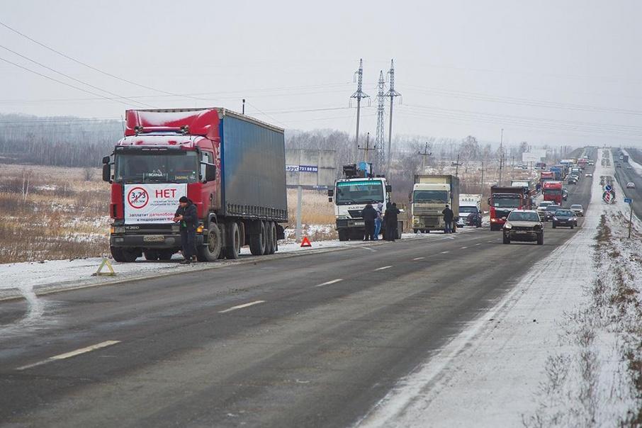 Злоумышленники забирались в кабины большегрузов и, угрожая водителям, требовали у них заплатить за проезд