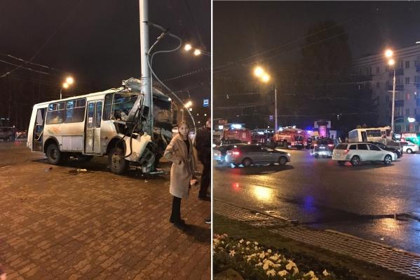 Автобус на большой скорости влетел в столб, на месте все экстренные службы