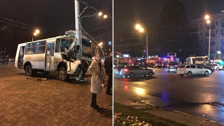 Маршрутный автобус въехал в столб на остановке «Спортивной» в Уфе: есть пострадавшие