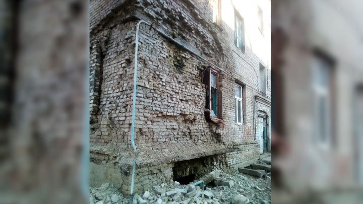 «Сосульки растаяли вместе со стеной»: на юге Волгограда по кирпичику рушится общежитие