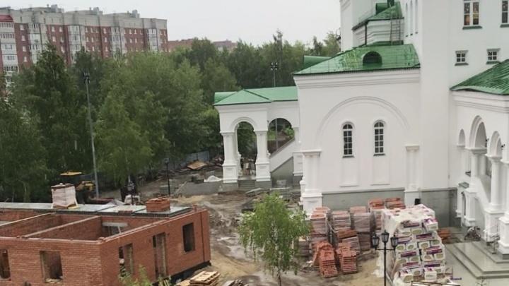 В сквере Депутатов «ожила» стройка. Рассказываем, что возводят возле храма