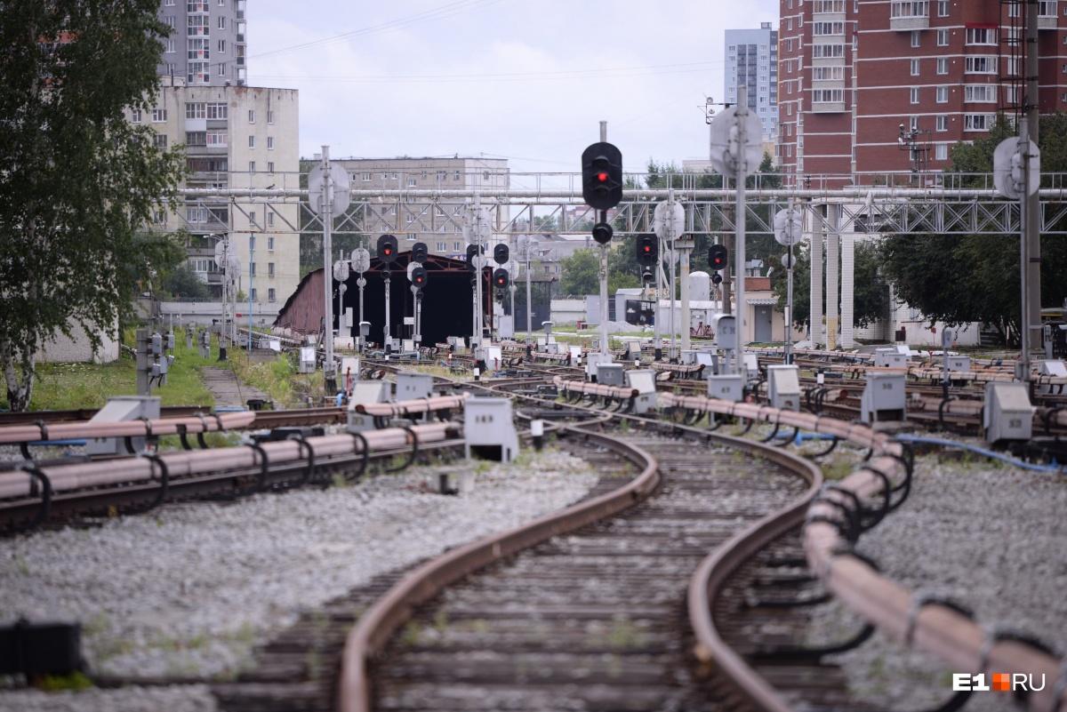 А с другой стороны заезжают поезда — от станции «Проспект Космонавтов»